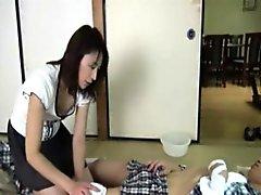 Японская медсестра мастурбирует вибратором и сосёт члены